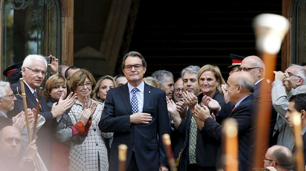 Referendo leva presidente da Catalunha a tribunal com mais de 3000 apoiantes à porta