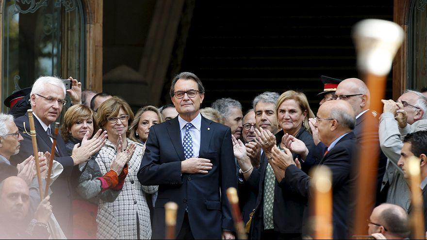 Ezrek demonstráltak a bíróságra idézett katalán elnök mellett