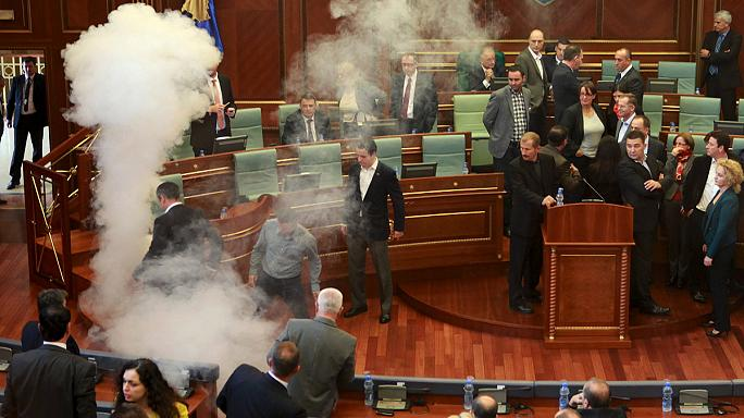 Újra könygázzal zavarták meg a koszovói parlament munkáját