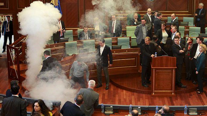 Kosova Meclisi'nde yine göz yaşartıcı bomba