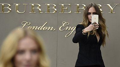 La Cina stringe la cinghia: crollano le vendite di Burberry