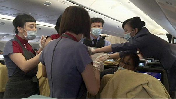 Жительница Тайваня родила дочь во время полета над Аляской