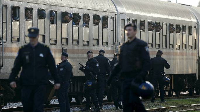 Поезда с мигрантами прибывают в Словению