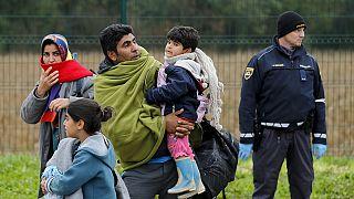 Refugiados siguen entrando en Eslovenia, aunque la nueva ruta hacia Alemania sufre un colapso