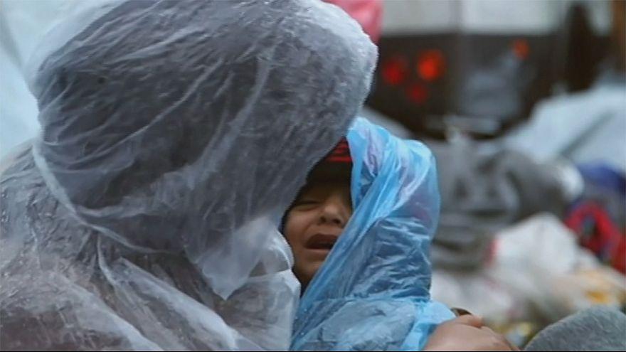 Flüchtlinge kämpfen gegen Regen, Schlamm und Kälte