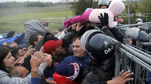 Miles de refugiados atrapados bajo la lluvia en la frontera serbo-croata