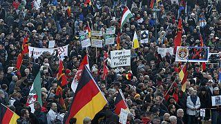 Göçmen karşıtı Pegida ile Anti Pegida aynı anda sokağa indi
