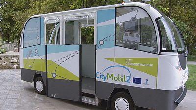 Autocarro sem condutor circula em cidade grega
