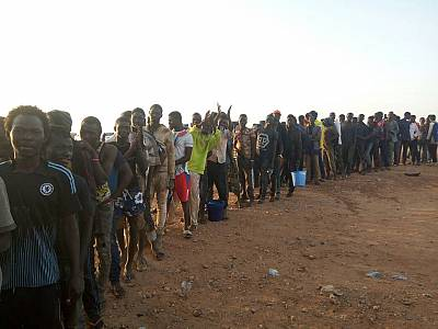 Migrants line up to register in Arlit, Niger.