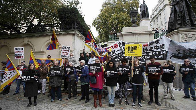 Çin Devlet Başkanı Şi Londra'da protesto edildi