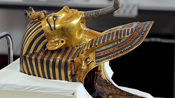 """Máscara de Tutankamon começa a ser restaurada após asneira com """"supercola"""""""
