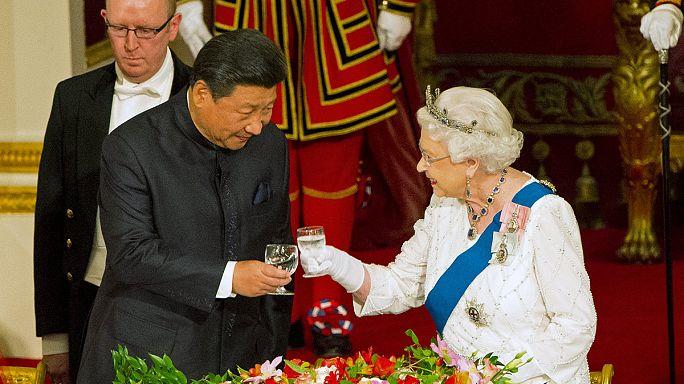 Királyi pompa és ellentüntetés fogadta a kínai elnököt Londonban