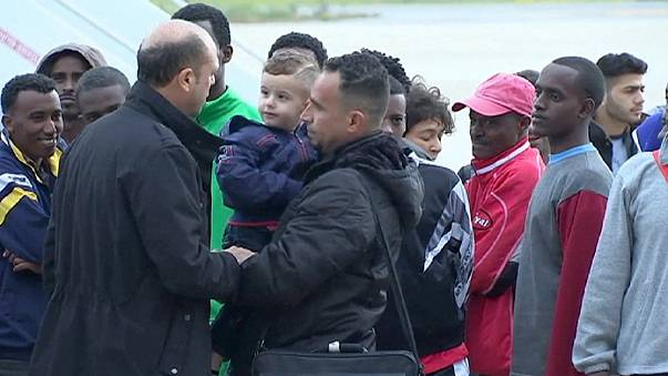 Knapp siebzig Flüchtlinge fliegen von Italien nach Nordskandinavien