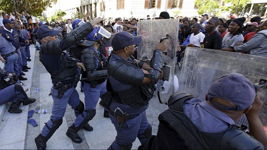 Könnygázzal kergették szét a diáktüntetést Dél-Afrikában