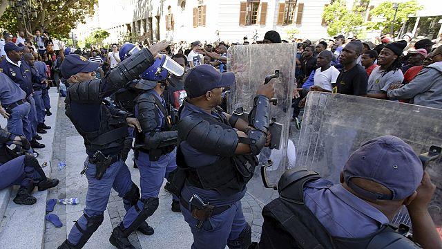 Vádat emeltek a tüntető egyetemisták ellen Dél-Afrikában