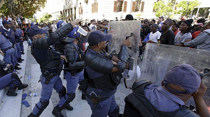 Güney Afrikalı öğrenciler artan üniversite harçlarını protesto ediyor