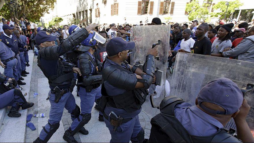 جنوب افريقيا: اعتقال 30 طالبا شاركوا في الاحتجاجات ضد ارتفاع تكاليف الدراسات الجامعية