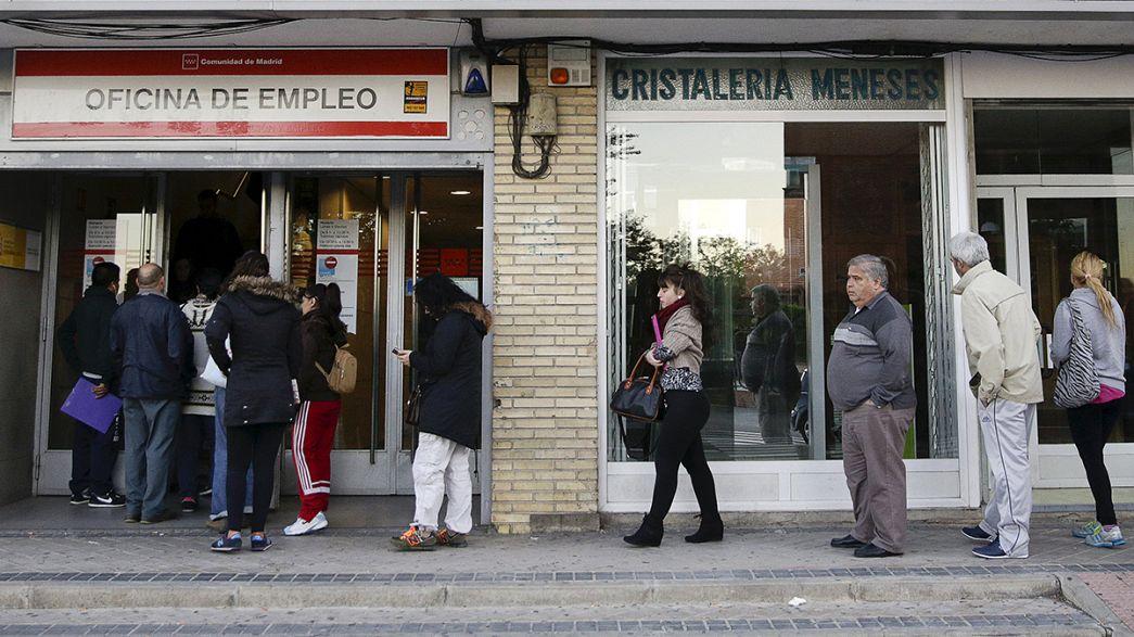 El paro baja en España al 21,8% y de los cinco millones de personas, pero también cae la población activa