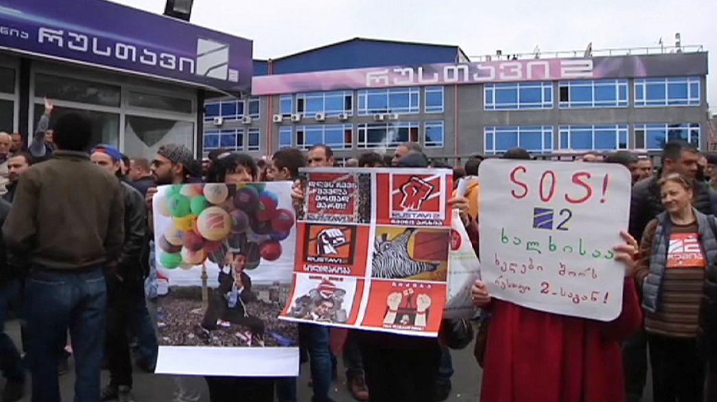 Geórgia: Milhares protestam contra alegada tentativa do governo de controlar a televisão mais popular do país