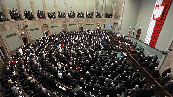 Pologne : les conservateurs obtiennent la majorité absolue aux législatives