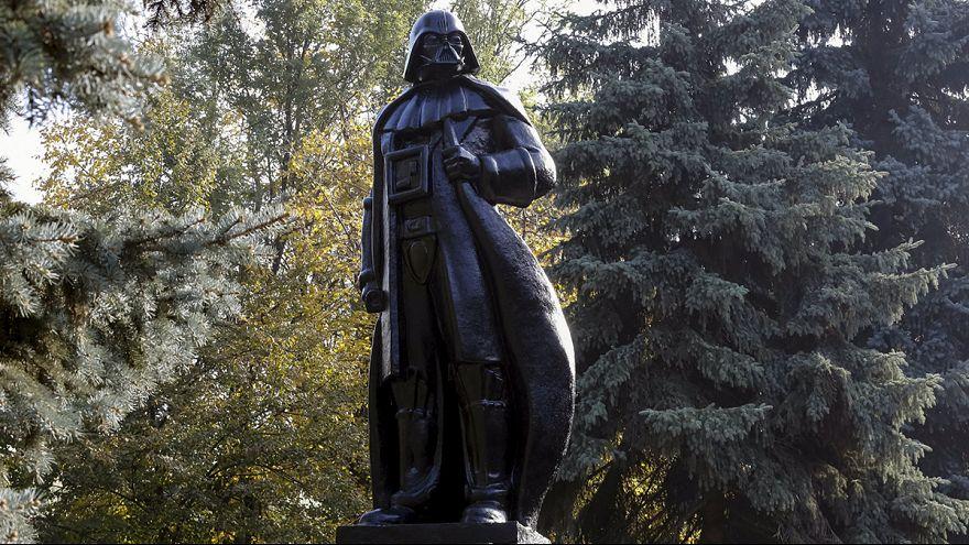 Darth Vader will Bürgermeister in Odessa werden und enthüllt Ex-Lenindenkmal