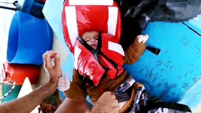 صياد تركي ينقذ صبي لاجئ في بحر إيجة