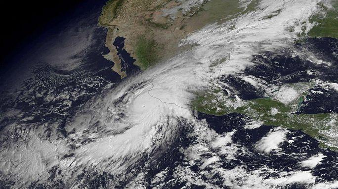 """Мексика противостоит мощнейшему урагану """"Патрисия"""""""