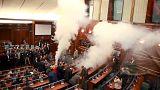 اعتراض نمایندگان پارلمان کوزوو به عادی سازی روابط با صربستان با گاز اشک آور