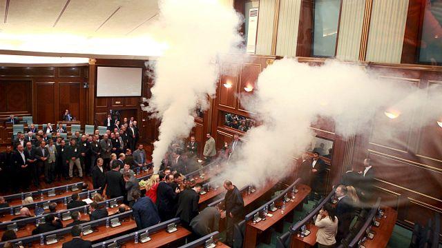 В парламенте Косова вновь распылили слезоточивый газ