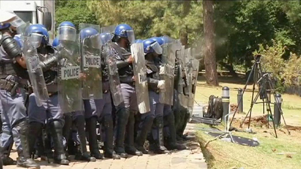 Estudiantes sudafricanos rompen la valla que rodea los edificios gubernamentales en Pretoria