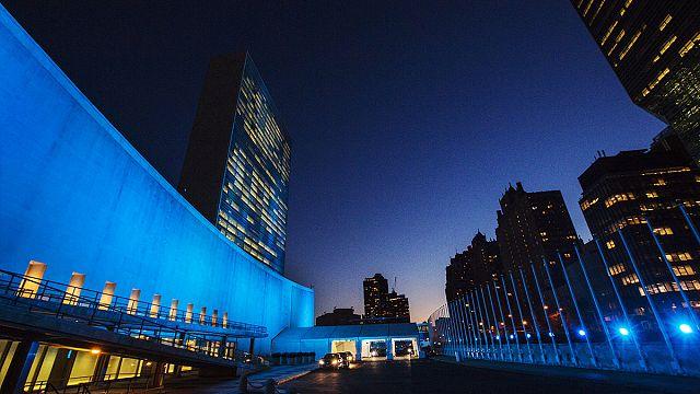 В честь 70-летия ООН мир окрасился в голубой цвет