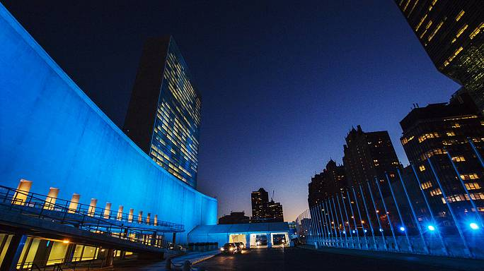 Kék fény a világ körül az ENSZ születésnapján