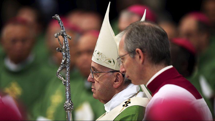 البابا فرنسيس يترأس قداسا في ختام اجتماع للأساقفة حول العائلة