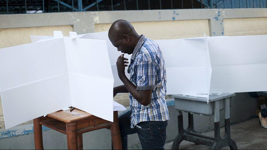 سكان هايتي يختارون رئيسا وبرلمانا جديدين