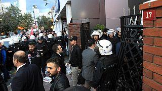 Ellenzékiek tiltakozása a török kormány médiabefolyásoló lépése ellen