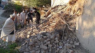 کار دشوار امدادرسانان زلزله در افغانستان و پاکستان
