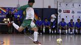 Presidente boliviano Evo Morales celebra il compleanno giocando a pallone