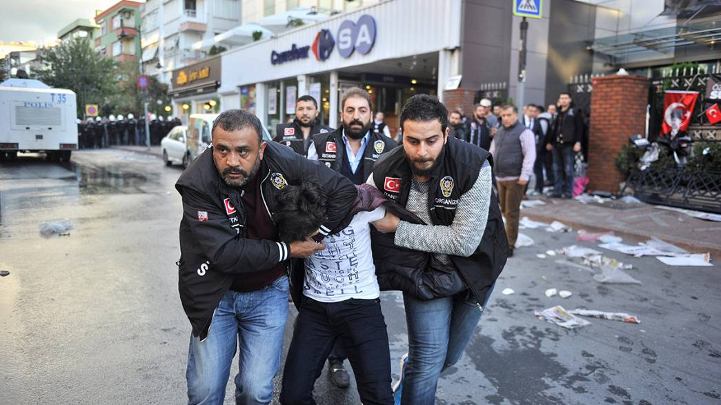 Turquie : manifestation pour la liberté de la presse après la fermeture de deux chaînes de télévision