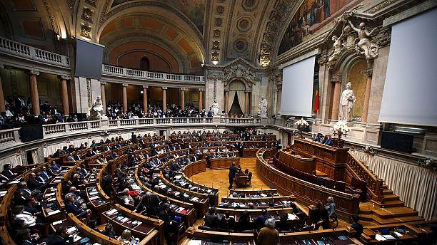 Portugal's government precarious, income gap widens