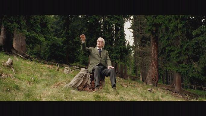 Michael Caine az Alpokban mereng az ifjúságon
