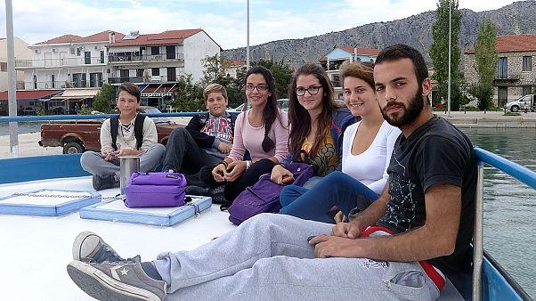 Ελλάδα – Κάλαμος: «Παλεύουν» με τη θάλασσα για να πάνε στο σχολείο