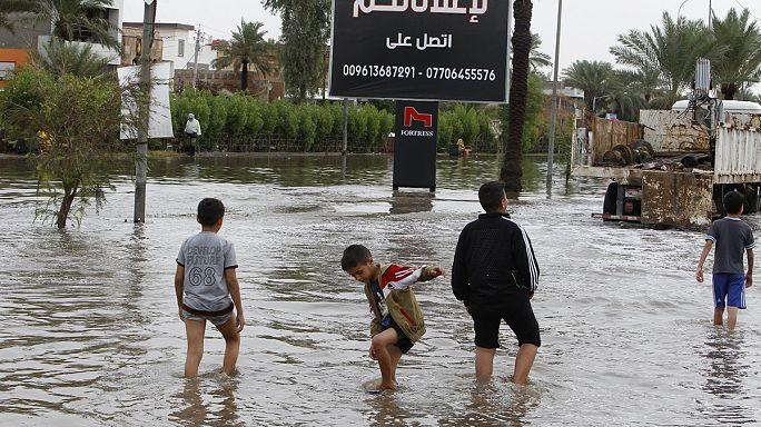 Irak'ta IŞİD'den kaçanlar selle mücadele ediyor