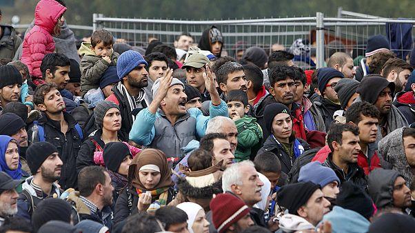 La disperazione di migliaia di migranti al confine tra Slovenia e Austria