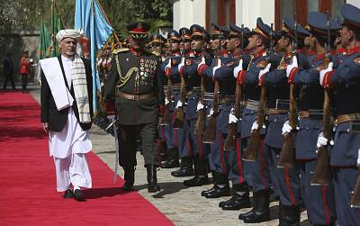Afghan President Ashraf Ghani, left, inspects an honor guard at the presidential palace in Kabul, Afghanistan on Sept. 29, 2016.