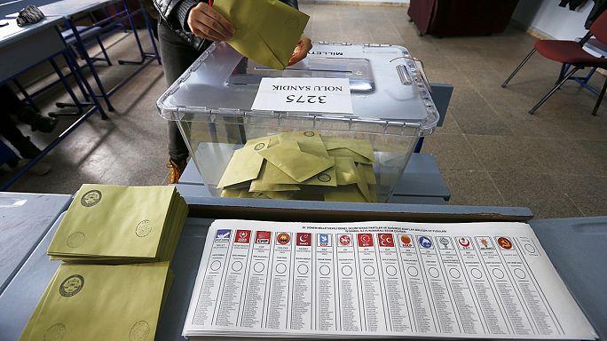 Hälfte der Stimmen ausgezählt: AKP auf dem Weg zur absoluten Mehrheit?