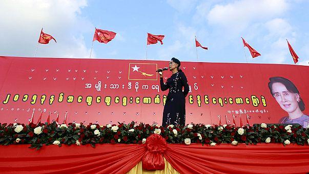 Aung San Suu Kyi faz comício histórico