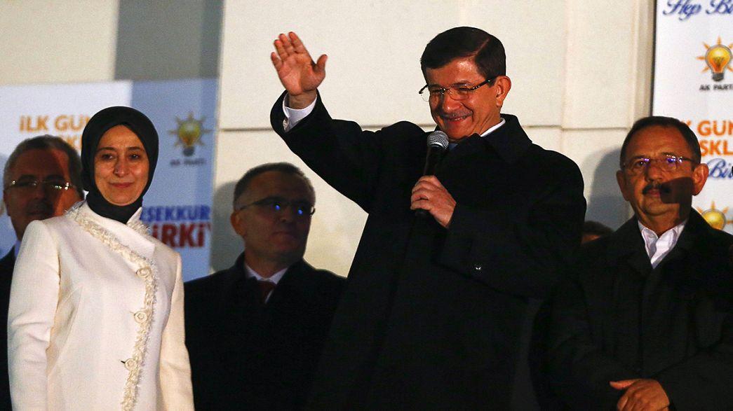 Turquia: AKP de Erdogan reconquista maioria absoluta