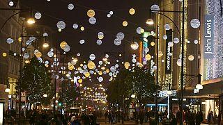 نجمة البوب كايلي مينوغ تشعل أضواء عيد الميلاد في لندن
