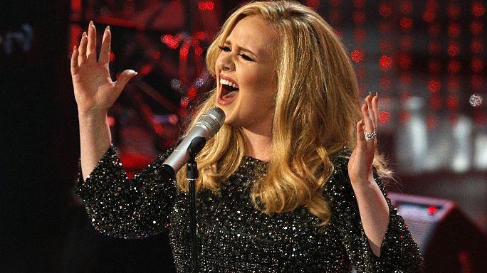 """Adele, yeni şarkısı """"Hello"""" ile rekor kırdı"""