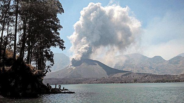 Indonesia: centinaia i voli cancellati all'aeroporto di Bali dopo l'eruzione del vulcano Rinjani